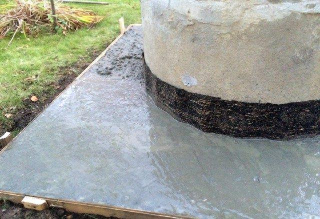 Твердая отмостка вокруг колодца из бетона